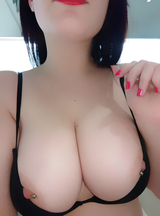 Tigresse en couple, jolie poitrine pour amant sympa qui aime le sexe décomplexé